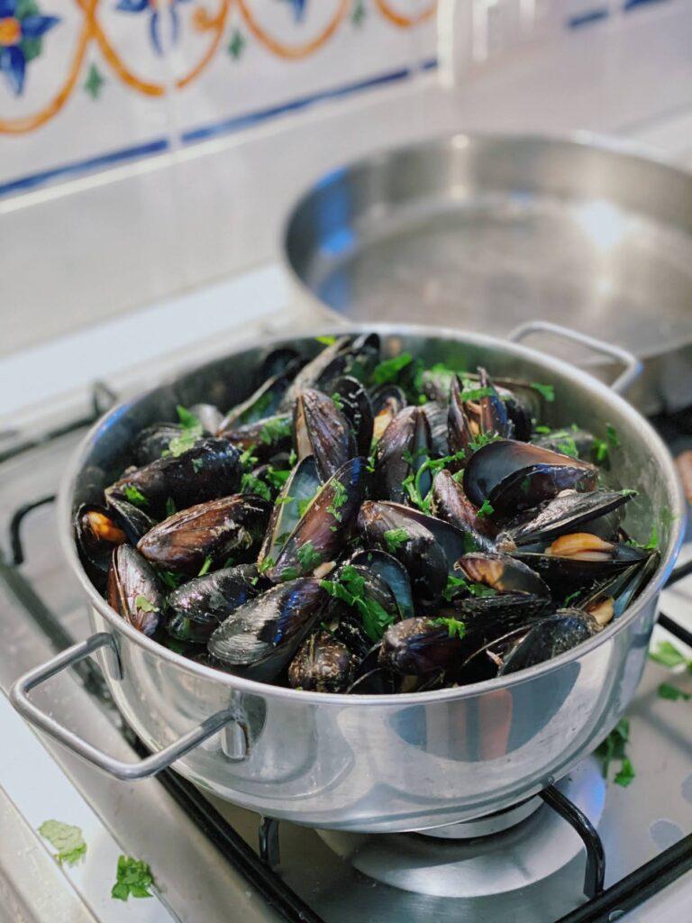 steamed mussel in pot